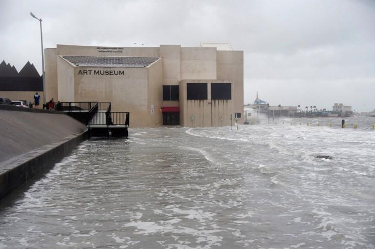 Le musée d'art du sud du Texas est inondé lors de l'ouragan Hanna, samedi 25 juillet 2020, à Corpus Christi, Texas. (Annie Rice / Corpus Christi Caller-Times via AP)
