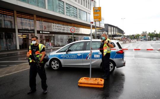 La police sécurise la zone après qu'une voiture s'est écrasée sur un groupe de sept personnes à la gare Bahnhof Zoo de Berlin, Allemagne, le 26 juillet 2020. REUTERS / Fabrizio Bensch