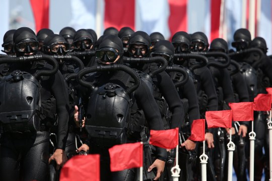 SEVASTOPOL, RUSSIE - 26 JUILLET 2020: Des plongeurs de combat participent à un défilé militaire le jour de la marine russe.  Sergei Malgavko / TASS (Photo par Sergei Malgavko \ TASS via Getty Images)