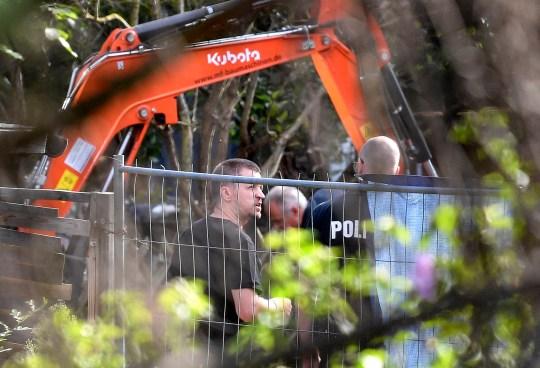 Des policiers allemands fouillent une parcelle de jardins familiaux à Seelze, près de Hanovre, en Allemagne, le mercredi 29 juillet 2020. La police a commencé à fouiller une parcelle de jardins familiaux, soupçonnée d'être liée à la disparition au Portugal en 2007 de la fille britannique disparue Madeleine McCann.  (Photo AP / Martin Meissner)