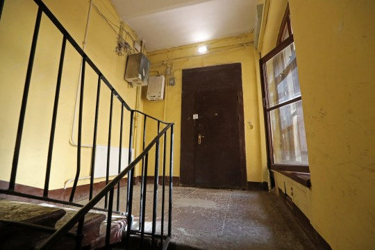 Saint-Pétersbourg, Russie - 30 juillet 2020: La porte d'un appartement dans un immeuble au 134 Nevsky Prospekt Street où la police a trouvé le corps démembré d'un homme.  Selon des données préliminaires, la victime est le rappeur ukrainien Alexander Yushko, connu sous le nom de scène d'Andy Cartwright.  Alexander Demianchuk / TASS (Photo par Alexander Demianchuk \ TASS via Getty Images)