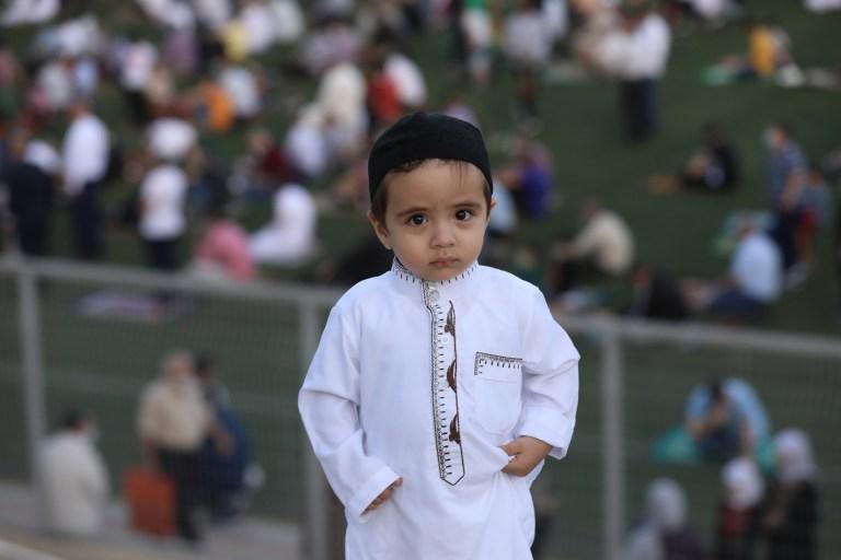 epa08575872 Un garçon palestinien regarde pendant un service de prière de l'Aïd al-Adha au stade de Naplouse, à Naplouse, en Cisjordanie, le 31 juillet 2020. L'Aïd al-Adha est la plus sacrée des deux fêtes musulmanes célébrées chaque année, elle marque le musulman annuel pèlerinage (Hajj) pour visiter la Mecque, le lieu le plus saint de l'Islam.  Les musulmans abattent un animal sacrificiel et divisent la viande en trois parties, une pour la famille, une pour les amis et les parents et une pour les pauvres et les nécessiteux.  EPA / ALAA BADARNEH