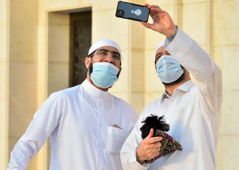 epa08575948 Deux hommes posent pour une photo après avoir effectué les prières de l'Aïd al-Adha à la mosquée Ali bin Ali à Doha, au Qatar, le 31 juillet 2020. L'Aïd al-Adha est la plus sainte des deux fêtes musulmanes célébrées chaque année, elle marque le musulman annuel pèlerinage (Hajj) pour visiter la Mecque, le lieu le plus saint de l'Islam.  Les musulmans abattent un animal sacrificiel et divisent la viande en trois parties, une pour la famille, une pour les amis et les parents et une pour les pauvres et les nécessiteux.  EPA / NOUSHAD THEKKAYIL