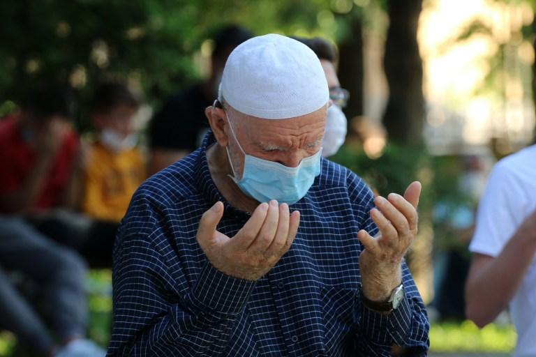 SKOPJE, MACÉDOINE DU NORD - 31 JUILLET: Les musulmans effectuent la prière de l'Aïd al-Adha à la mosquée Mustafa Pacha à Skopje, Macédoine du Nord, le 31 juillet 2020 (Photo de Furkan Abdula / Anadolu Agency via Getty Images)