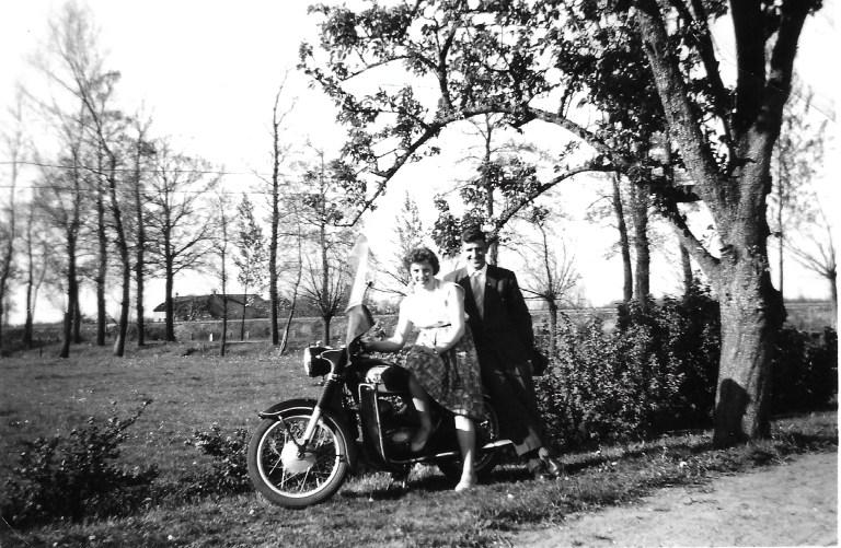 Photo de Bill et Wilma avec la moto en 1958