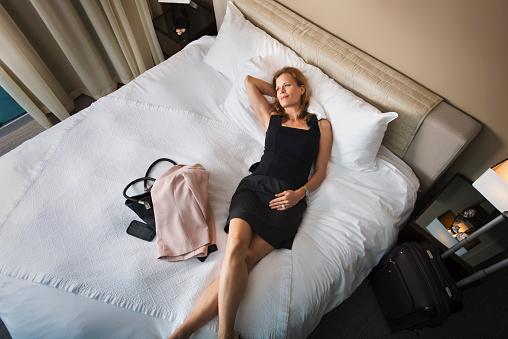 femme, pose, lit hôtel