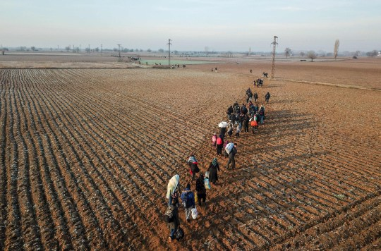 Des migrants marchent vers la Grèce le long de la frontière turco-grecque près de Pazarkule, dans le district d'Edirne, le 1er mars 2020. - La Turquie ne fermera plus ses portes frontalières aux réfugiés qui veulent se rendre en Europe, a déclaré à l'AFP un haut responsable le 28 février. peu de temps après le meurtre de 33 soldats turcs lors d'une frappe aérienne dans le nord de la Syrie.  (Photo par BULENT KILIC / AFP) (Photo par BULENT KILIC / AFP via Getty Images)