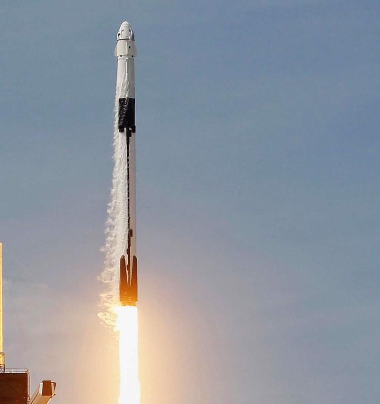 CAP CANAVERAL, FLORIDE - 30 MAI: La fusée SpaceX Falcon 9 avec le vaisseau spatial habité Crew Dragon attaché décolle de la rampe de lancement 39A au Centre spatial Kennedy le 30 mai 2020 à Cap Canaveral, en Floride.  Les astronautes de la NASA Bob Behnken et Doug Hurley ont décollé aujourd'hui pour un vol inaugural et seront les premières personnes depuis la fin du programme de la navette spatiale en 2011 à être lancées dans l'espace depuis les États-Unis.  (Photo par Joe Raedle / Getty Images) *** BESTPIX ***
