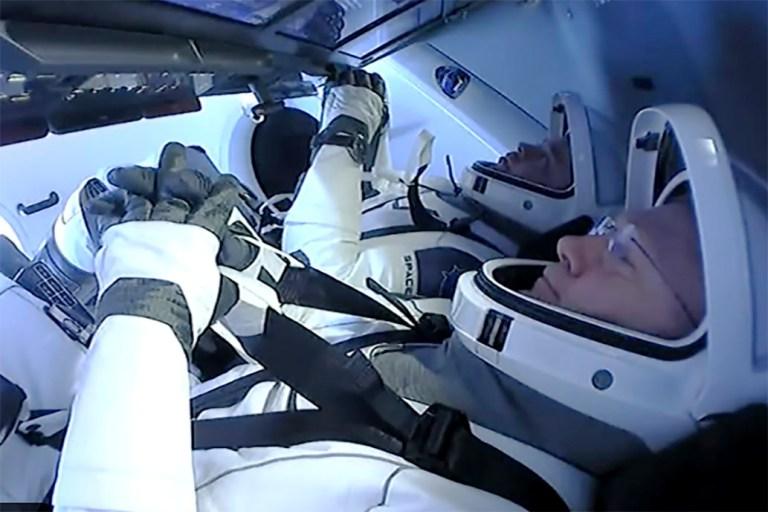 Les astronautes Doug Hurley et Bob Behnken se préparent à retourner sur terre sur une capsule SpaceX, dimanche 2 août 2020. Cela marquera le premier splashdown en 45 ans pour les astronautes de la NASA et le premier retour dans le golfe.  Contrairement à la côte atlantique de la Floride, ressentant déjà les effets de la tempête tropicale Isaias, les vagues et le vent étaient calmes près de Pensacola dans le Florida Panhandle.  (SpaceX via AP)