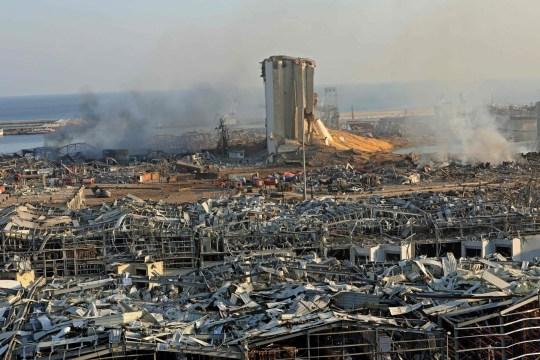 Un silo détruit est vu au milieu des décombres et des débris suite à l'explosion d'hier au port de Beyrouth, la capitale libanaise, le 5 août 2020.
