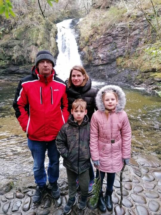 (De gauche à droite) Juris Lazduaskis, Sanita Lazdauska avec les enfants Martin et Michelle.  Voir l'histoire SWNS SWOCsave.  Une femme a ramené son mari à la vie en pratiquant la RCR - après qu'il soit «mort» pendant près d'une HEURE.  Lorsque Sanita Lazdauska, 39 ans, est sortie du lit un matin, laissant son mari Juris Lazduaskis, 45 ans, ronfler, elle a pensé qu'il dormait.  Mais elle remarqua qu'il émettait des sons étranges et l'observa avec horreur alors qu'il cessait de respirer et devenait bleu.  Sanita, une maman de deux enfants, à la pensée rapide, a sauté dans l'action et a appelé une ambulance, et a écouté un gestionnaire d'appels lui dire qu'elle devrait effectuer une RCR pour sauver des vies.