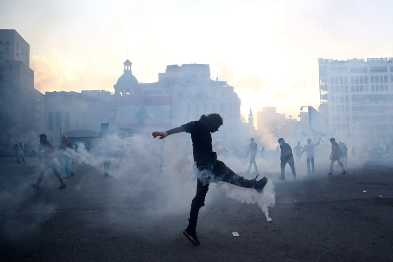 Un manifestant lance une cartouche de gaz lacrymogène tirée par la police anti-émeute lors d'une manifestation après l'explosion de mardi, à Beyrouth, au Liban, le 8 août 2020. REUTERS / Hannah McKay