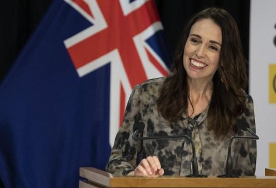 WELLINGTON, NOUVELLE-ZÉLANDE - 20 MAI: Le Premier ministre néo-zélandais Jacinda Ardern prend la parole lors d'une conférence de presse COVID-19 au Beehive Theatrette, Parlement, le 20 mai 2020 à Wellington, Nouvelle-Zélande.  Les restrictions relatives au COVID-19 sont assouplies par étapes sous le niveau d'alerte 2, avec des restaurants, des commerces de détail, des terrains de jeux et des gymnases pouvant rouvrir à partir du 14 mai 2020, ainsi que la reprise des voyages intérieurs et des rassemblements jusqu'à 10 personnes à l'extérieur.  Les écoles et les centres d'éducation de la petite enfance peuvent rouvrir à partir du 18 mai, tandis que les bars seront autorisés à faire du commerce avec des mesures de distanciation sociale en place à partir du jeudi 21 mai.  La Nouvelle-Zélande a été placée sous verrouillage complet le 26 mars en réponse à la pandémie de coronavirus (COVID-19).  (Photo par Kevin Stent - Piscine / Getty Images)