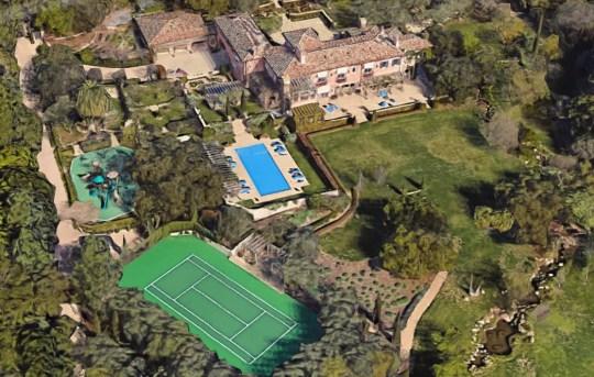 765 Rockbridge Road, Santa Barbara Prince Harry et Meghan Markle ont déménagé à Montecito, la maison d'Oprah et de nombreuses autres célébrités, et maintenant nous savons quelle maison ils ont achetée ... et c'est incroyablement somptueux.  L'immobilier et d'autres sources ayant une connaissance directe disent à TMZ que la famille royale capricieuse a dégringolé 14 650 000 $ sur la maison de 18 000 pieds carrés qui s'étend sur 5 acres.  Il dispose de 9 chambres et 16 salles de bains.  Non, ce n'est pas une erreur ... 16 salles de bain.  Il y a aussi une maison d'hôtes pour les beaux-parents.  On nous dit que la mère de Meghan est déjà allée là-bas ... on suppose que la reine prendra un laissez-passer.