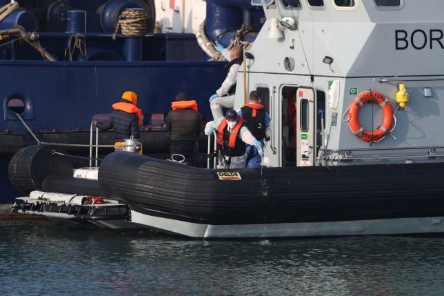 Deux hommes soupçonnés d'être des migrants sont amenés à Douvres, dans le Kent, par des agents des forces frontalières à la suite d'un incident sur un petit bateau dans la Manche plus tôt dans la journée.  Photo PA.  Date de la photo: jeudi 13 août 2020. Voir l'histoire de l'AP POLITIQUE Migrants.  Crédit photo doit se lire: Steve Parsons / PA Wire