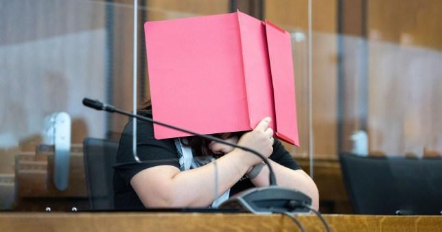 Une mère anonyme est assise sur le banc des accusés du tribunal régional de Mönchengladbach en Allemagne, jugée pour avoir tué son fils de deux ans en le laissant dans une pièce surchauffée pour mourir de soif dans son appartement de Grevenbroich, dans l'ouest de l'Allemagne.