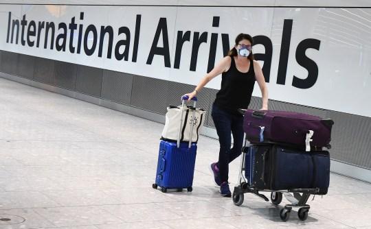 Les voyageurs revenant de pays ne figurant pas sur la liste des voyages sûrs du Royaume-Uni doivent être mis en quarantaine pendant deux semaines.