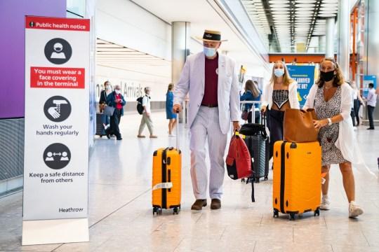 Passagers dans le hall des arrivées d'Heathrow
