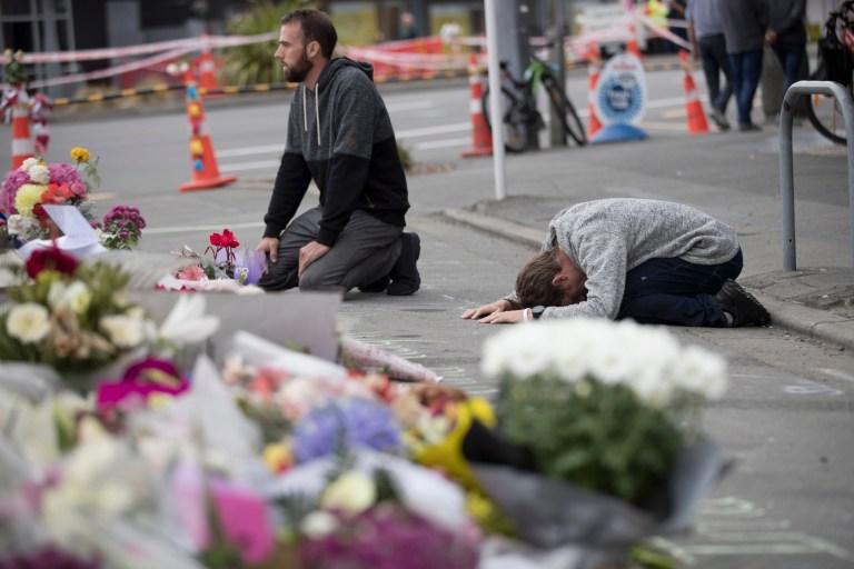 Les personnes en deuil prient près de la mosquée Linwood à Christchurch, Nouvelle-Zélande.  Plus de 60 survivants et membres de la famille affronteront le tireur de la mosquée néo-zélandaise au cours de la condamnation de quatre jours à compter du lundi 24 août 2020. L'Australien Brenton Harrison Tarrant, 29 ans, a plaidé coupable à 51 chefs de meurtre, 40 des chefs de tentative de meurtre et un chef de terrorisme dans la pire atrocité de l'histoire moderne du pays.