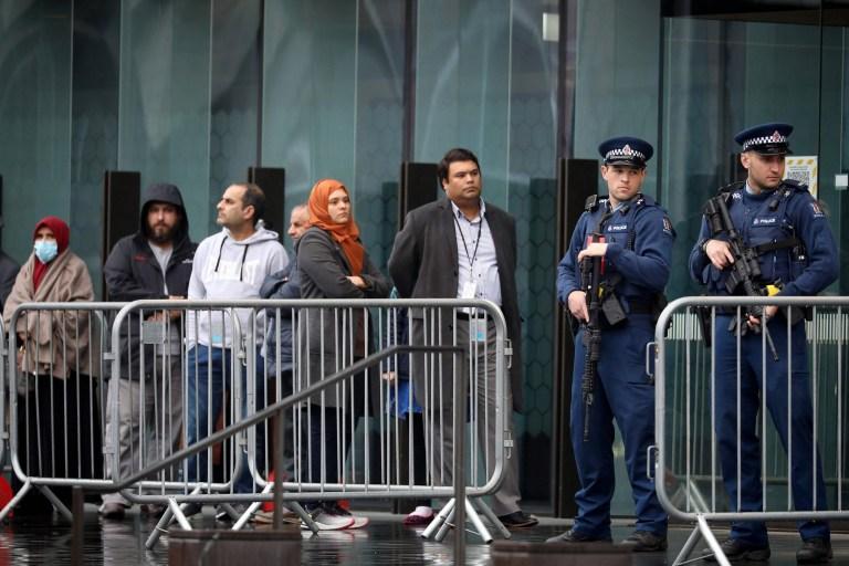 Des policiers armés montent la garde alors que les survivants et les membres de la famille des victimes des attaques de la mosquée de Christchurch attendent dans une file d'attente pour entrer à la Haute Cour de Christchurch avant le premier jour des quatre jours de l'audience de détermination de la peine du suprémaciste blanc australien Brenton Tarrant à Christchurch ?? le 24 août 2020. ??  - La condamnation d'un suprémaciste blanc australien qui a tué 51 fidèles musulmans en Nouvelle-Zélande - et a retransmis le massacre en direct - devait commencer dans un contexte de sécurité renforcée dans un tribunal de Christchurch.