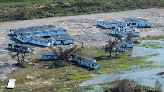 L'ouragan Laura a balayé la Louisiane en tant que tempête de catégorie quatre.