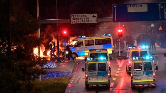 epa08632692 Les services d'urgence et la police anti-émeute au milieu de la fumée s'échappant de pneus en feu, de palettes et de feux d'artifice lors d'émeutes avec quelques centaines de manifestants dans le quartier Rosengard de Malmö, Suède, 28 août 2020. La manifestation a été déclenchée par l'incendie d'un coran par des membres du loin danois - bonne fête Stram Kurs plus tôt dans la journée.  Le chef du parti, Rasmus Paludan, s'est vu refuser l'entrée en Suède pour participer à une manifestation le 28 août.  AGENCE DE PRESSE EPA / TT SUÈDE