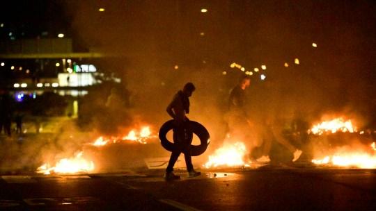 La fumée recouvre la ville de Malmö alors que les manifestants brûlent des pneus de voiture (Photo: EPA)