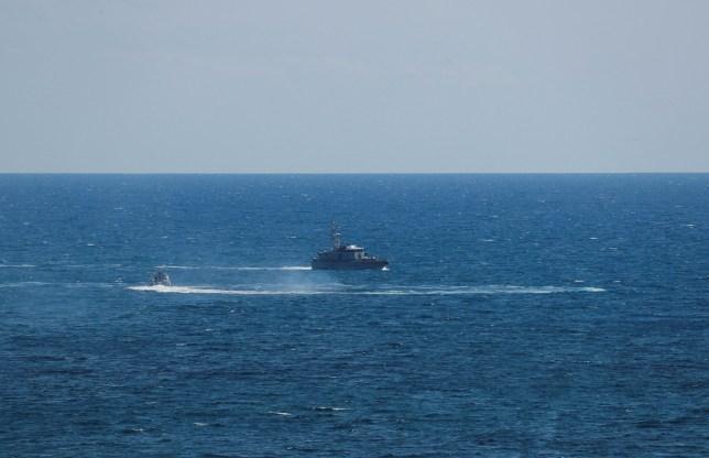 Un bateau de la Guardia di Finanza est vu après qu'un bateau de migrants a pris feu lors d'opérations de sauvetage au large de Crotone, avec des personnes toujours portées disparues selon les médias italiens, le 30 août 2020.