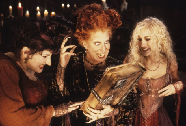 Film : Hocus Pocus - 1993 Bette Midler, Sarah Jessica Parker Director: Kenny Ortega No Merchandising. Editorial Use Only. No Book Cover Usage. Mandatory Credit: Photo by Disney/Kobal/REX/Shutterstock (5875110f) Hocus Pocus (1993) Walt Disney USA Scene Still Comedy Hocus Pocus, les trois sorci?res