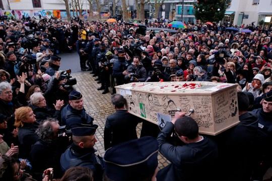epa04986302 ANNÉE 2015 JANVIER Le cercueil de Bernard Verlhac, alias Tignous, défunt caricaturiste français du journal satirique Charlie Hebdo, quitte la mairie de Montreuil après un service funèbre, France, 15 janvier 2015. Douze personnes ont été tuées dans la fusillade au siège de Paris de Charlie Hebdo le 07 janvier.  EPA / YOAN VALAT