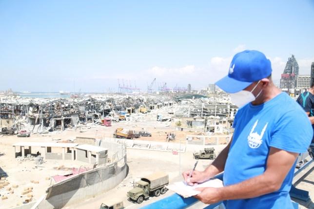 Un travailleur des secours islamiques dans un contexte d'explosion à Beyrouth