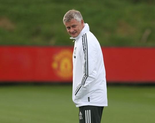 El gerente Ole Gunnar Solskjaer del Manchester United en acción durante una sesión de entrenamiento del primer equipo en el Aon Training Complex el 18 de septiembre de 2020 en Manchester, Inglaterra.