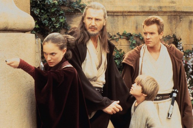 Scene from the 1999 Film : Star Wars : The Phantom Menace Picture shows : Queen Amidala (Natalie Portman), Qui-Gon Jinn (Liam Neeson), Anakin Skywalker (Jake Lloyd), and Obi-Wan Kenobi (Ewan McGregor) plan their attack on the forces that have overrun the planet of Naboo in STAR WARS: EPISODE1 THE PHANTOM MENACE. Photo by Keith Hamshere. c. Lucasfilm Ltd. &TM. All Rights Reserved. FOR FURTHER INFORMATION CONTACT GERALDINE MALONEY AT FOX ON 0171 437 7766...STAR WARS EP1-29733 K STAR WARS EP1-10