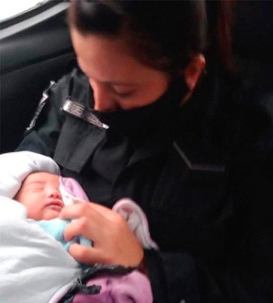 Un officier berçant un bébé abandonné en Argentine