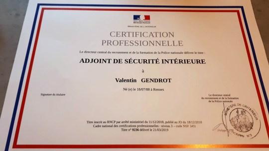 Un diplôme de police délivré au journaliste infiltré Valentin Gendrot, qui s'est infiltré dans un poste de police du nord de Paris et a documenté une culture de racisme et de violence pour son nouveau livre, Flic (flic).