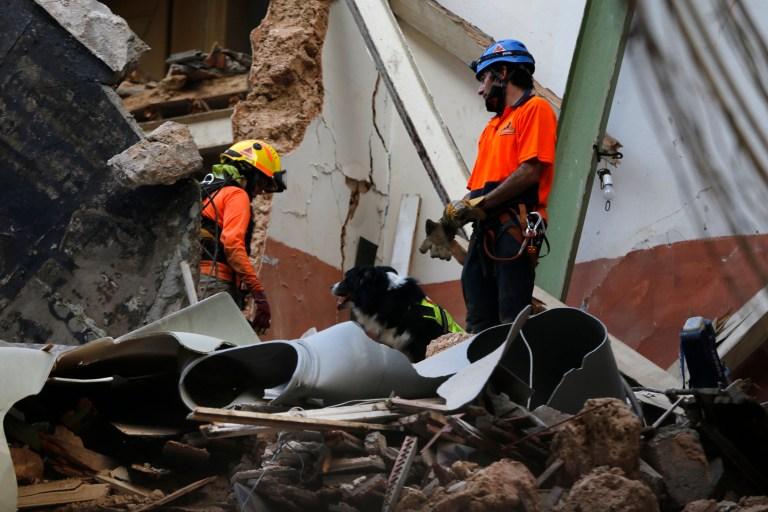Des sauveteurs chiliens avec leur chien fouillent dans les décombres d'un bâtiment qui s'est effondré lors de l'explosion massive du mois dernier, après avoir reçu des signaux, il pourrait y avoir un survivant sous les décombres, à Beyrouth, au Liban, le jeudi 3 septembre 2020.