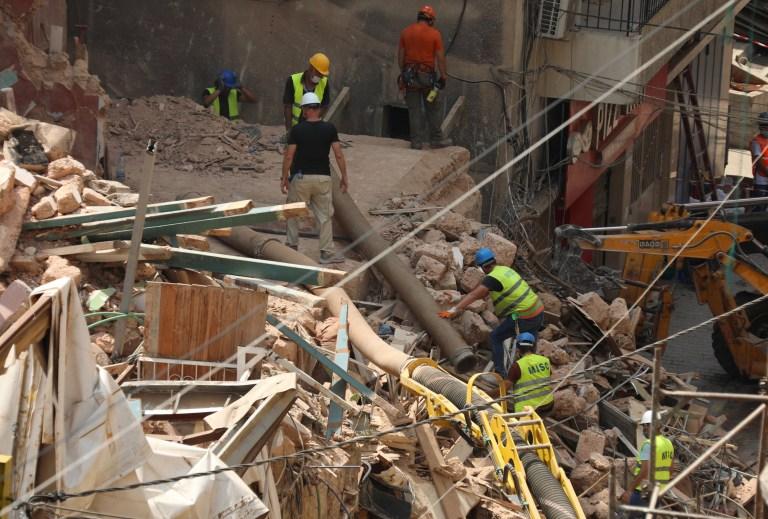 Des volontaires et un membre de l'équipe de sauvetage chilienne creusent les décombres des bâtiments qui se sont effondrés en raison de l'explosion dans la zone portuaire, après la détection de signes de vie, à Gemmayze, Beyrouth, Liban, le 5 septembre 2020. REUTERS / Mohamed Azakir