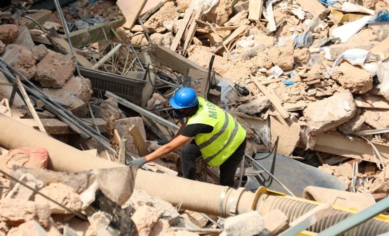 Un volontaire fouille les décombres des bâtiments qui se sont effondrés à cause de l'explosion dans la zone portuaire, après que des signes de vie aient été détectés, à Gemmayze, Beyrouth, Liban, le 5 septembre 2020. REUTERS / Mohamed Azakir