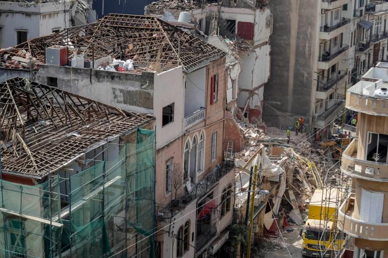 Des sauveteurs fouillent le site d'un bâtiment effondré après avoir reçu des signaux indiquant qu'il pourrait y avoir un survivant sous les décombres, à Beyrouth, au Liban, le samedi 5 septembre 2020. Un signal pulsé a été détecté jeudi sous les décombres d'un bâtiment de Beyrouth qui s'est effondré lors de la terrible explosion du port dans la capitale libanaise le mois dernier, suscitant l'espoir qu'un survivant pourrait encore y être enterré.  (Photo AP / Hassan Ammar)