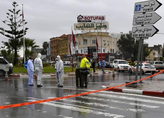 La police médico-légale tunisienne enquête sur le site d'une attaque contre des officiers de la Garde nationale tunisienne le 6 septembre 2020 à Sousse, au sud de la capitale Tunis.
