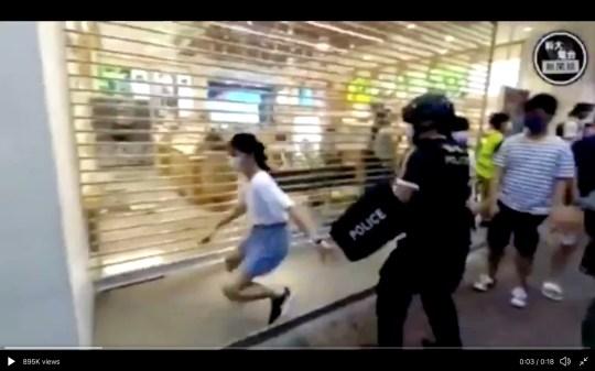 La fille a essayé de fuir les officiers