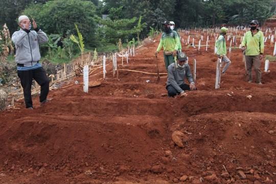 Crédit obligatoire: Photo de Kuncoro Widyo Rumpoko / Pacific Press / REX (10774079q) L'atmosphère funéraire du corps de Covid-19 au cimetière public de Pondok Rangon (TPU), à l'est de Jakarta, le vendredi 11 septembre 2020. En tant que nombre de résidents exposés à de plus en plus de victimes ont reculé, le nombre de terriers laissés pour les corps des patients Covid-19 sur ce site funéraire n'est que d'environ 1100 terriers.  Le gouvernement provincial de la région spéciale de la capitale de Jakarta augmentera également la capacité de charge pour l'inhumation des corps des patients COVID-19 sur les terres de ce cimetière public.  Funérailles des patients Covid-19 à Pondok, Jakarta, région spéciale de la capitale de Jakarta, Indonésie - 11 septembre 2020