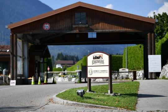 epa08663890 Un panneau marque le lodge et la station balnéaire Edelweiss exploité par l'armée américaine où un groupe d'invités corona-positifs a séjourné à Garmisch-Partenkirchen, Allemagne, le 12 septembre 2020. Après un touriste américain infecté par la maladie COVID-19 causée par le SRAS- Le coronavirus CoV-2 a propagé le virus lors d'une soirée dans un bar, les autorités locales ont émis des restrictions de la vie publique dans le but de prévenir une épidémie massive.  EPA / PHILIPP GUELLAND