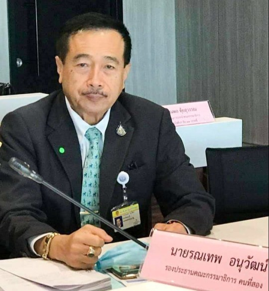 Un député thaïlandais est surpris en train de regarder du porno sur son smartphone lors d'une lecture du Parlement à Bangkok, en Thaïlande, le 17 septembre 2020 (photographies) COPIE DE NOUVELLES - AVEC DES PHOTOS Un député thaïlandais a été laissé le visage rouge après avoir été surpris au parlement en train de regarder PORN sur son téléphone.  Ronnathep Anuwat devait prêter attention à une lecture du budget à Bangkok, en Thaïlande, hier soir (17 septembre).  Cependant, le politicien pervers a ouvert une série d'images explicites sur son smartphone - les regardant pendant plus de dix minutes.  Des journalistes choqués dans la tribune de la presse ont cassé le politicien miteux - qui avait même enlevé son masque facial pour regarder de près les images.  L'un montrait une jeune femme avec son haut, un autre était allongé nu sur un lit et un troisième montrait un gros plan des parties intimes d'une dame.  Le député embarrassé, qui représente la province de Chonburi pour le parti militaire au pouvoir du Palang Pracharath, a été confronté à ces images et a admis les avoir regardées.  Cependant, il a fait une excuse étrange en prétendant avoir reçu les messages non sollicités sur la ligne d'application d'une fille qui `` demandait de l'aide ''.  Ronnathep a déclaré aux médias locaux qu'il avait regardé les images en détail alors qu'il vérifiait les antécédents pour décider si la fille était en danger.  Il a dit qu'il voulait «observer l'environnement entourant la fille sur la photo» car il craignait qu'elle «soit harcelée par des gangsters qui l'avaient forcée à prendre les photos».  Ronnathep a déclaré qu'il avait finalement réalisé que la fille `` demandait de l'argent '', alors il a supprimé tout le contenu.  Les représentants du gouvernement ont convoqué Ronnathep pour une explication, mais ils ont décidé qu'aucune autre mesure ne serait prise contre lui.  Le président de la Chambre, Chuan Leekpai, a déclaré que les images étaient une