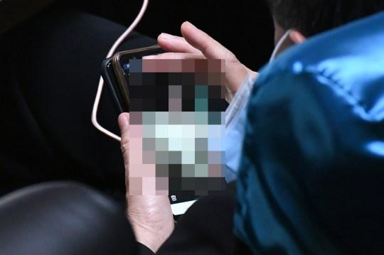 Un député thaïlandais est surpris en train de regarder du porno sur son smartphone lors d'une lecture du Parlement à Bangkok, en Thaïlande, le 17 septembre 2020 (photographies) COPIE DE NOUVELLES - AVEC DES PHOTOS Un député thaïlandais a été laissé le visage rouge après avoir été surpris au parlement en train de regarder PORN sur son téléphone.  Ronnathep Anuwat devait prêter attention à une lecture du budget à Bangkok, en Thaïlande, hier soir (17 septembre).  Cependant, le politicien pervers a ouvert une série d'images explicites sur son smartphone - les regardant pendant plus de dix minutes.  Des journalistes choqués dans la tribune de la presse ont cassé le politicien miteux - qui avait même enlevé son masque facial pour regarder de près les images.  L'un montrait une jeune femme avec son haut, un autre était allongé nu sur un lit et un troisième montrait un gros plan des parties intimes d'une dame.  Le député embarrassé, qui représente la province de Chonburi pour le parti militaire au pouvoir du Palang Pracharath, a été confronté à ces images et a admis les avoir regardées.  Cependant, il a fait une excuse bizarre en prétendant avoir reçu les messages non sollicités sur la ligne d'application d'une fille qui `` demandait de l'aide ''.  Ronnathep a déclaré aux médias locaux qu'il avait regardé les images en détail alors qu'il vérifiait les antécédents pour décider si la fille était en danger.  Il a dit qu'il voulait «observer l'environnement entourant la fille sur la photo» car il craignait qu'elle «soit harcelée par des gangsters qui l'avaient forcée à prendre les photos».  Ronnathep a déclaré qu'il avait finalement réalisé que la fille `` demandait de l'argent '', alors il a supprimé tout le contenu.  Les représentants du gouvernement ont convoqué Ronnathep pour une explication, mais ils ont décidé qu'aucune autre mesure ne serait prise contre lui.  Le président de la Chambre, Chuan Leekpai, a déclaré que les images étaient une