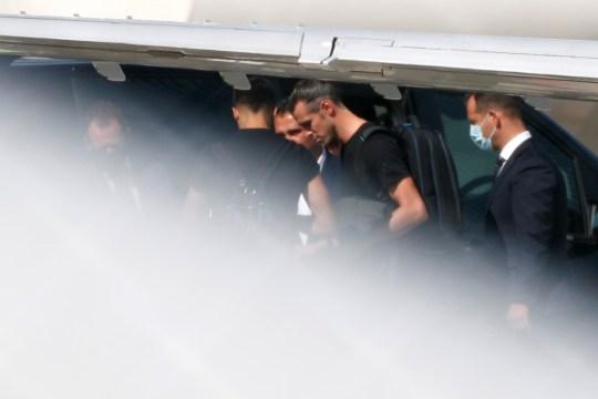 Gareth Bale arrive à l'aéroport de Londres Luton. Gareth Bale devrait terminer son retour à Tottenham Hotspur