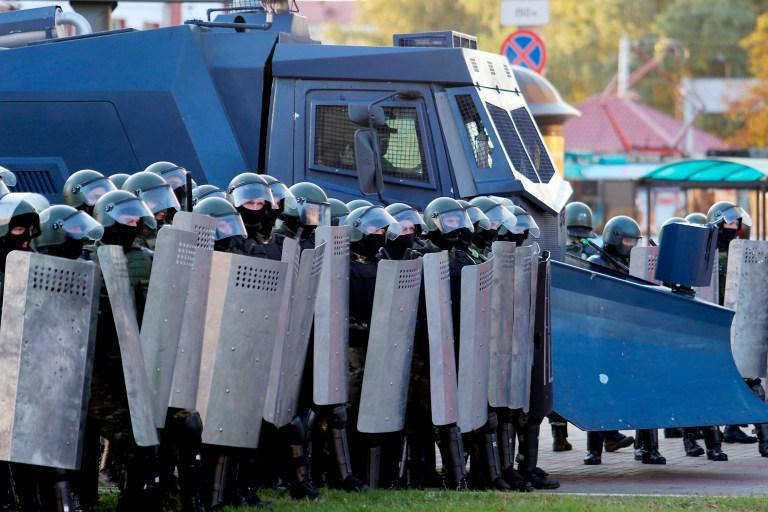 Des forces de l'ordre accompagnées d'un camion de canons à eau bloquent la route lors d'une manifestation appelée par le mouvement d'opposition pour la fin du régime de leader autoritaire à Minsk le 20 septembre 2020.