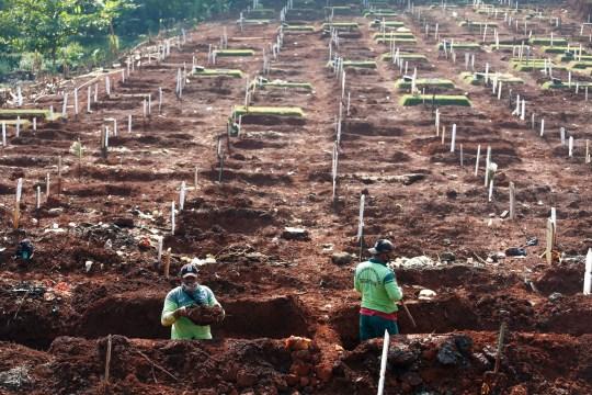 Les travailleurs préparent de nouvelles tombes dans la zone de sépulture musulmane fournie par le gouvernement pour les victimes de la maladie à coronavirus (COVID-19) au complexe du cimetière de Pondok Ranggon à Jakarta, Indonésie, le 16 septembre 2020. Photo prise le 16 septembre 2020. REUTERS / Ajeng Dinar Ulfiana