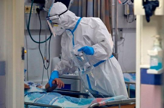 Le personnel médical travaille dans le service d'isolement Covid-19 du centre médical israélien de Barzilai dans la ville méridionale d'Ashkelon le 22 septembre 2020. - Israël a enregistré plus de 172 000 cas de coronavirus avec 1163 décès, sur une population de neuf millions d'habitants.  (Photo par GIL COHEN-MAGEN / AFP) (Photo par GIL COHEN-MAGEN / AFP via Getty Images)