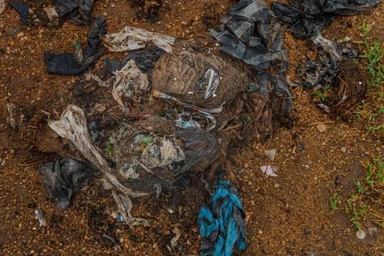 ** CRÉDIT OBLIGATOIRE: Tharmaplan Tilaxan / Images de couverture ** Ces images déchirantes d'éléphants en quête de nourriture dans une déchetterie ont été capturées par Tharmaplan Tilaxan, un photographe basé à Jaffna. Les éléphants parcourent normalement plus de 30 km par jour et ensemencent jusqu'à 3500 nouveaux arbres par jour. Pour les éléphants d'Oluvhil Palakadhu, beaucoup de choses ont changé et leur changement de comportement changera notre paysage. Tharmapalan Tilaxan a observé cette décharge à ciel ouvert au milieu des jungles de la province orientale pendant de nombreux mois et a documenté les dangers que cela représente pour la population locale d'éléphants. Il explique les scènes dans ses propres mots: Dans la province orientale, un troupeau d'éléphants sauvages a pris une habitude particulière et triste: depuis ces derniers temps, ces éléphants ont été vus en train de chercher de la nourriture dans des décharges. Un dépotoir ??? situé près d'une zone proche connue sous le nom de ??? Ashraf Nagar ??? près de la forêt qui borde la zone Oluvil-Pallakadu dans le district d'Ampara ??? est considérée comme la cause de cette nouvelle habitude destructrice et malsaine. Les déchets de Sammanthurai, Kalmunai, Karaitheevu, Ninthavur, Addalachchenai, Akkaraipattu et Alaiyadi Vembu sont déversés ici et ont lentement empiété sur la forêt adjacente, devenant facilement accessibles aux éléphants sauvages d'Oluvil. En raison de la consommation involontaire de microplastiques et de polyéthylène, de grandes quantités de polluants non digérés ont été trouvées dans l'excrétion de ces animaux sauvages. Un certain nombre de post-mortems effectués sur des cadavres d'éléphants ont donné des produits en plastique et du polyéthylène non digestif dans leur contenu stomacal. Le troupeau d'éléphants sauvages - comptant environ 25-30 - maintenant habitués à se nourrir si près de l'habitat humain a également commencé à envahir les rizières et les villages voisins à la recherche de pl